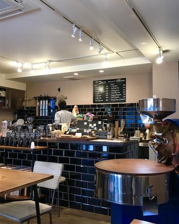 店内に入って目をひくのが、大きな焙煎機。自家焙煎にこだわっていて、コーヒーの良い香りが店内いっぱいに広がっています。