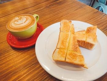 近所にあるパンの名店「ペリカン」の食パンを使ったバタートーストと、カフェラテで休日のモーニングを過ごしてみませんか?どちらもシンプルながら、お互いの魅力を引き立てていて幸せ気分にひたれます。
