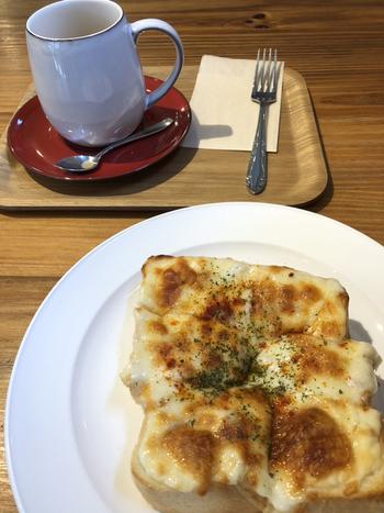 フライドオニオンとチーズをたっぷりのせた「オニオンチーズトースト」はランチにぴったり。香ばしく焼けたチーズと、厚めにカットしたペリカンのパンは最高のおいしさです。