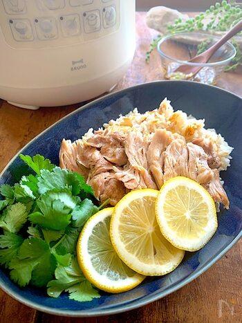 鶏もも肉を使ったヘルシーな一皿、カオマンガイ。にんにく、生姜、ナンプラーが香る鶏モモ肉とジャスミンライスは、最高のコンビネーションです。お好みでパクチーやレモンを添えて召し上がってください。鶏肉なのでカロリーが気になる方も、気にせず美味しくいただけますね。