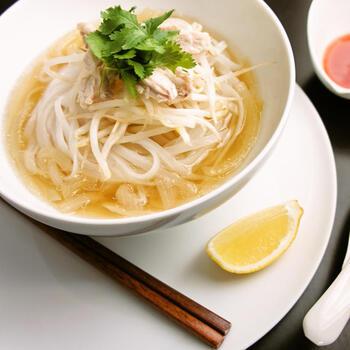 ベトナム料理の定番、フォーのご紹介です。鶏ガラを使用したあっさり味のスープと、ライスヌードルの相性がぴったり。その日の気分に合わせて、チキンだけではなく、お肉を牛肉や豚肉にチェンジしても美味しくアレンジできます。ライスヌードルの、もちもちっとした食感がクセになる、ほっこり温まるレシピです。