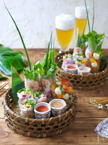 ベトナム料理=生春巻き!というイメージがある方も多いはず。見ているだけでお腹が空いてくる、食欲をそそる一品ですね。一見、生春巻きはハードルが高い印象ですが、材料さえ揃えることができれば、とても簡単。ライスペーパーを水で戻し、下準備しておいた食材を巻いて完成です。2種のめんたいタレで召し上がれ。