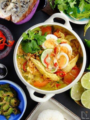 インドネシアのスパイスを使った鶏ガラスープ、ソトアヤム。鶏肉、春雨、ゆで卵、キャベツなどの具材がごろっと入っているので、栄養満点。パワーをつけたい暑い夏も、体を温めたい冬も、年中活躍するインドネシアの家庭料理です。