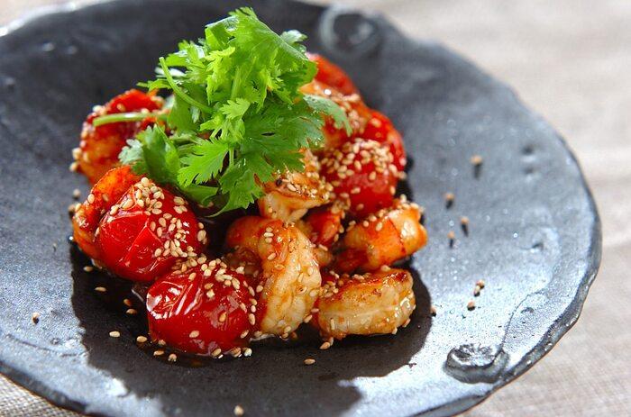 和洋中にエスニック、どんなお料理にも万能に対応できちゃうのもトマトの魅力の1つです。プチトマトとエビをナンプラーで炒めたこのレシピは、ビールにぴったり!トマトの旬に合わせたこの時期に是非作ってみて欲しいレシピです。