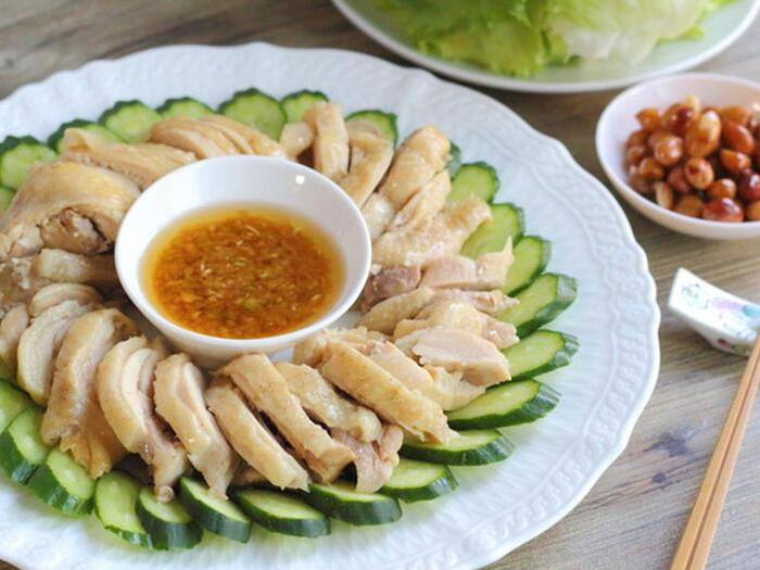 生姜のタレが特徴の、ジンジャーチキン。蒸し鶏を生姜のタレと一緒に、レタスで包んでいただきます。ヘルシーなお料理なので、つい食べ過ぎてしまっても安心ですね。