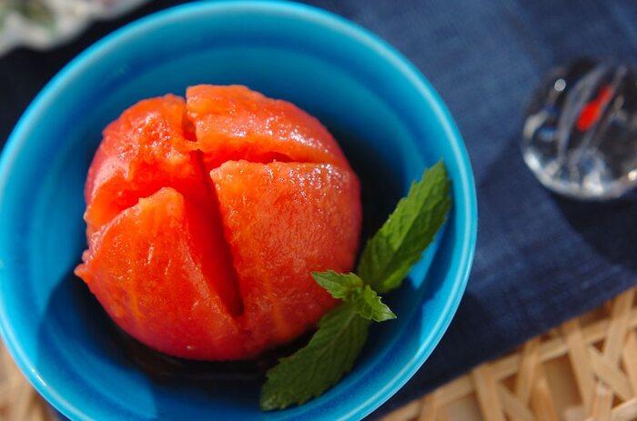 湯むきしたトマトを白ワインと蜂蜜でじんわり味をつけ冷やして頂くトマトのスイーツレシピ。ダイエット中などに甘いものが食べたくなったら「デザートトマト」がオススメです!