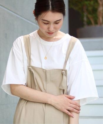 1枚で着ても、何かに重ねても収まりの良い白T。シンプルなアイテムだからこそお洒落さが試されるアイテムでもあります。今回は、白T+ボトム、スカートなど、白Tをレイヤードしたコーデの種類別にご紹介します。