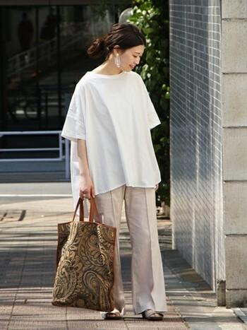 ふんわりシルエットが素敵なオーバーサイズの白T。ナチュラルな綿・麻のパンツを合わせて爽やかに。大きめのぺイズリー柄のバッグでコーデにアクセントをプラス。