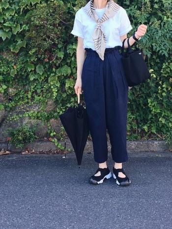 白T+パンツのコーデに少しマンネリを感じたら、スカーフをしてみるのはいかが?即パリっぽい雰囲気に仕上がりますよ。その他の小物はスカーフを邪魔しない黒で統一。