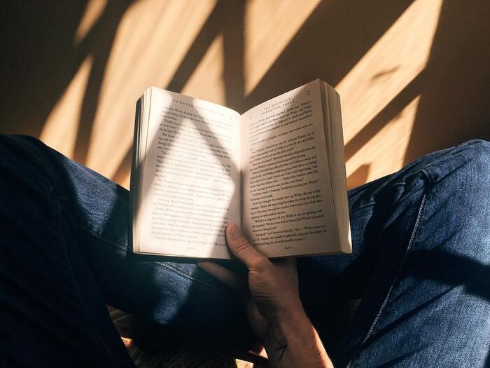せっかくのおうち時間には読書も楽しみたい!でもやりたいことがたくさんある中でじっくりと読書だけに時間を費やすのは難しくなかなか読めない。。なんていう欲張りなあなたにおすすめの読書方法は、1日1ページだけ読むというもの。もちろん時間があるときは読みたいだけ読んでOK。忙しくて本が読めないときには、1ページだけと決めて読むととてもリフレッシュできます。