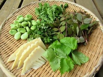 旬の食材は素材の味が濃く、旨味や香りがとても豊かです。そのため味付けは少しの調味料で済むので、食塩や砂糖の量を控えることができます。  シンプルな味付けでも十分おいしく感じるのが旬の食材の魅力のひとつです。
