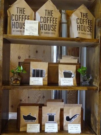 「コーヒーバッグ」は、手軽にコーヒーを淹れられると人気です。紅茶のティーバッグのように使えるので、とても便利。おうちの形をしたパッケージの中には、厳選した5種類がひとつずつ入っています。船やパイプなどのモノトーンのモチーフもおしゃれ。