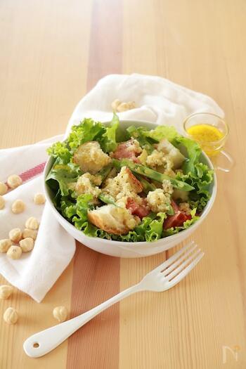 続いてはいんげんを使ったサラダレシピです。こちらは、いんげんやトマトなどの夏野菜だけでなく、ヘーゼルナッツやバケットも合わせた食材たっぷりのサラダレシピ♪様々な食感が楽しめる一品です。