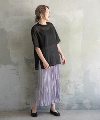 ペールトーンのパープルのスカートと透け感のあるTシャツを合わせたコーディネート。シアー素材でカジュアルなTシャツも上品に。重たくなりがちな、オーバーサイズのトップスとロングスカートの組み合わせも、軽い印象になっています。大人女子には頼りになる引き締めカラーの黒。少しだけ透け感があるだけで、暑い季節にも涼しさをプラスしてくれますね。