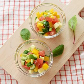 トマト、きゅうり、パプリカ、枝豆、チーズが入ったサラダです。小さめに食事を切ってグラスに盛り付けると見た目も可愛く、小さなお子様でも食べやすいです♪味付けはオリーブオイルとレモン汁、塩、胡椒。手軽に作れる材料なのも嬉しいポイントです*