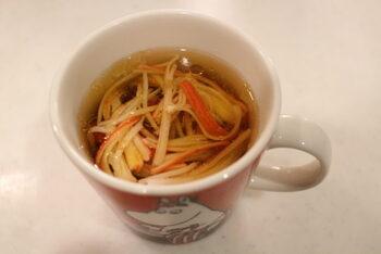 つるりと食べやすい春雨スープもマグカップで作れるんですよ♪即席春雨を使えば、あらかじめ茹でる手間もなくマグカップのみでOKです。具材はカニカマですが、お好みで乾燥ネギなどを追加しても良いでしょう。春雨がやわらかくなるまで待つ間に、ほかの料理を作れるのも嬉しいですね。