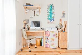 もともとの部屋の間取りを利用して、半個室のような空間を作るアイデアがこちら。 すぐそばに窓があるので、スペース自体の面積が小さくても明るく開放感があります。  デスクには仕事のものが置かれていますが、壁やその周りには気持ちがほぐれるようなアート作品や趣味のものが収納されているのが特徴的。プライベート感満載の遊び心のあるスペースですね。