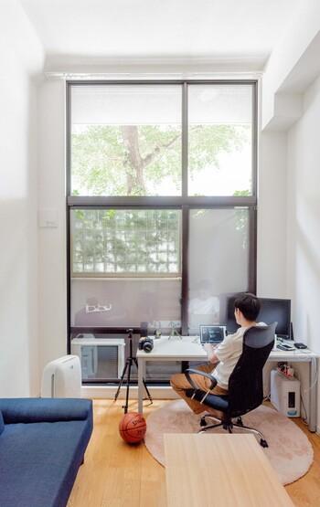 大きな窓に向けてデスクを置いたレイアウト。光がたっぷり届くので手元は明るく、パソコン画面に窓の外の風景が映り込まないので、快適に作業を進められます。  天板がホワイト系だと爽やかな雰囲気に。人によっては日光が反射してまぶしく感じることもあるかもしれません。お部屋の照明は温かみのある電球色にすると目にも優しい環境になるでしょう。  また、窓の外にはグリーンが◎ 植物には気持ちを癒す効果があるので、仕事中も適度にリラックスでき、長時間の作業におすすめです。
