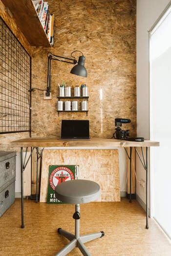 こちらは、部屋の端を格子状のパーテーションで仕切って作られたワークスペース。壁を設置するよりも圧迫感もありません。  生活雑貨や趣味のものを視界に入れないようにすれば、気が散りやすい人でも集中しやすくなります。