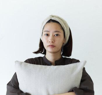 綿麻素材のモールヤーンで編み立てた、ふんわり軽く柔らかい素材感のターバン。おうちでのリラックスタイムにオススメです。