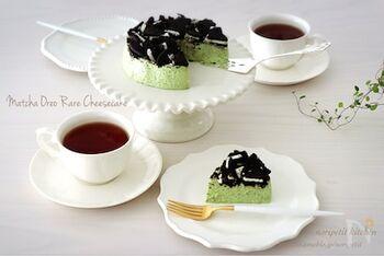 きれいな緑色を彩る、抹茶味がベースのレアチーズケーキです。  ヨーグルトも入っているのでさっぱりと味わえます。土台もなく、ワンボールで混ぜるだけで簡単に作ることができます。型がない場合はカップデザートとして作っても◎ 甘いのが苦手な人にもおすすめです。ちょっぴり大人なほろ苦い抹茶の味をご賞味あれ。