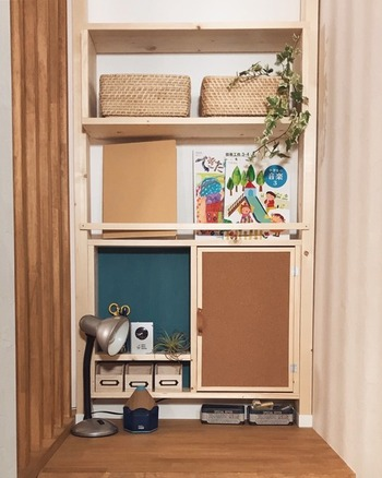 こちらは小さなパソコンスペースをDIYしたアイデア。 今はお子さんの学習机代わりになっているようですが、ちょっとした棚やマガジンラックが追加されて、使い勝手が良くなっています。  ご自宅に作り付けの作業台がない場合でも、リビングの収納クローゼットや小さな押入れをワークスペースにリメイクすれば、立派なプライベート空間ができあがります。その場合、もとからドアや引き戸がついているので、作業途中のものを置いたまま扉を閉めて目隠しできます。お子さんに触られたくないものがあっても、安心して席を離れられそうですね。  足元の空間を利用して収納スペースを設けておけば、仕事の道具を一ヶ所に集めることができて、お部屋も散らかりにくくなります。