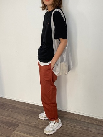 ビビットなカラーの組み合わせに、シルバーのトートバッグをポイントに。シースルーの素材感は、濃い色の中でもしっかりと存在感があります。カジュアルになりがちなTシャツとパンツとスニーカーも、シルバーと透け感のあるトートバッグなら女性らしさを引き出してくれます。