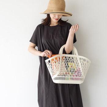 どこかレトロで懐かしいかごバッグがアクセントのコーディネート。服や小物をシンプルに引き算することで、かごバッグのデザインが最大限に引き出されています。使い勝手がいい素材な上に、コーディネートに取り入れるだけで、一気に夏らしさを演出してくれますよ。