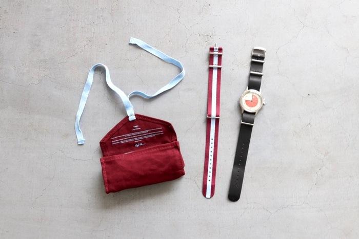 レザーとストライプ模様、2種類のストラップ付。素敵なケースに入っているのでプレゼントにぴったりな一品です。