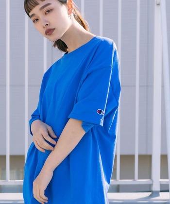 定番のコットンTシャツはあえてビビッドなブルーで個性的に!辛口メイクとイヤーアクセでぐっと引き締まります。