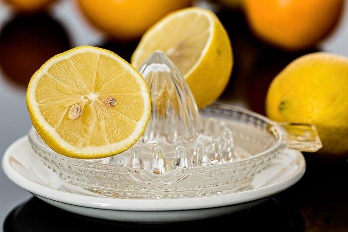 レモンサワーの材料は、レモン、甲類焼酎、強炭酸水の3つだけ。中でもレモンにはこだわって、ぜひ国産の上質なレモンを用意してみましょう。ノンワックスのものなら、皮ごとグラスに入れて楽しめます。