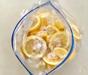 こちらは2週間かけてじっくり作るタイプの塩レモンです。時間が奥行きのある旨みを引き出してくれます。出来上がった塩レモンはとろりとしているので、レモンサワーにすると沈みがちです。ストローやマドラーなどでくるくる混ぜながらいただくと、最後まで美味しくいただけます。