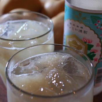 ジューシーで優しい香りの梨は、そのままではサワーに向きませんが、すり下ろして使うと、風味豊かな梨らしさを存分に堪能できるドリンクが完成します。たっぷりと梨のすり下ろしを入れて、ロングスプーンでかき混ぜながらいただきましょう。