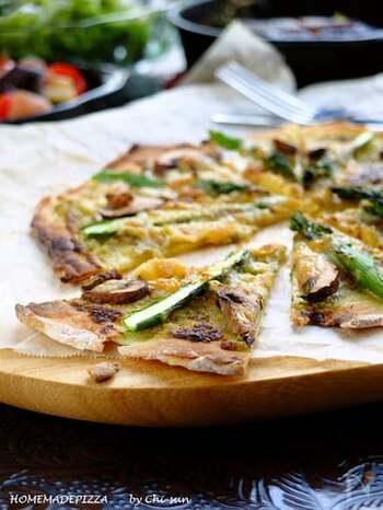 プレーンヨーグルトが入った、おうちにある材料を使ってつくれるピザ生地。カリカリのクリスピー感がおつまみにぴったりです。