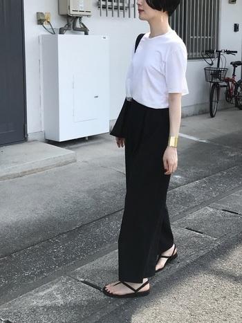 袖が長めの白Tに、すとんと落ちたシルエットが綺麗なパンツを合わせて。サンダルやバッグも黒で揃えたら、コーデのポイントにゴールドのアクセサリーを効かせて大人っぽく。夏の爽やかモノトーンスタイルの完成です。