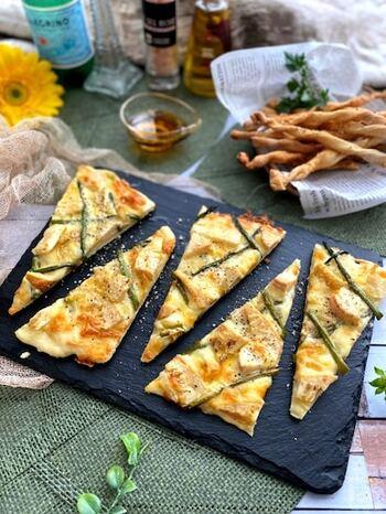 春に旬の野菜、たけのことアスパラをのせて焼いたピザ。たけのこは香ばしくグリルしてからのせるとおいしさアップ。