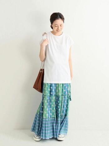 カラフルなマキシ丈スカートには、白Tがぴったり!スカートからアウトして着れば、少しリラックスした雰囲気が加わり、休日カジュアルを満喫できますよ♪