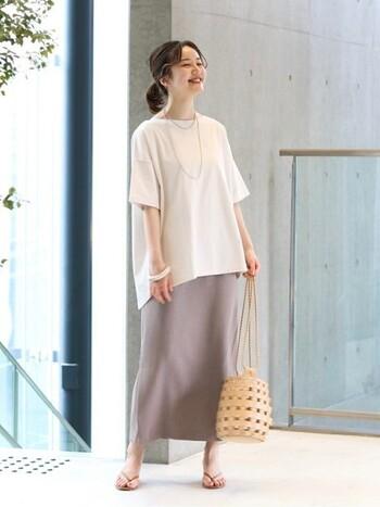 裾のカットがゆったりと綺麗な5分袖の白Tは、inせずに着こなして。とろみのあるスカートと合わせることで、ラフさの中にも自然体の女性らしさを感じることができます。