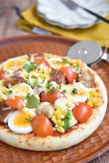 作り置きの照り焼きチキンをのせたピザ。ミニトマトやアボカドをのせて彩りもよく♪