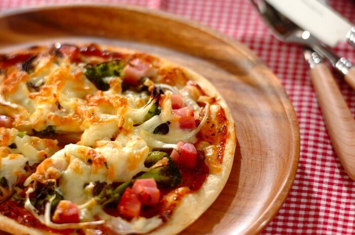 角切りした厚めのベーコンがゴロゴロのった食べごたえあるピザ。ブロッコリーものせてバランスよく。