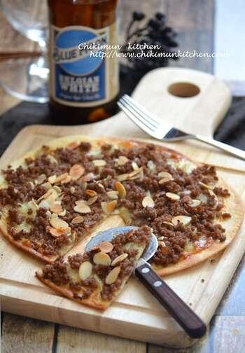 フランスのアルザス地方の郷土料理「タルトフランベ」。薄焼きの生地にゴルゴンゾーラソースを塗り、はちみつで甘しょっぱくした挽肉を乗せて。