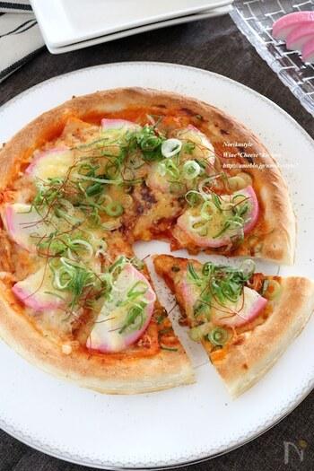 冷蔵庫に余りがちなかまぼこをピザのトッピングとして活用。キムチ&チーズ味でおつまみにも。