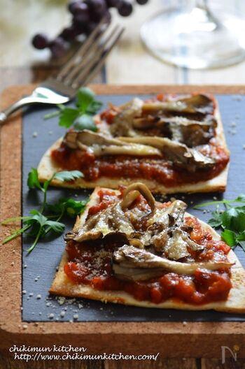 舞茸の良い香りがたまらないクリスピーピザ。チーズはとろけるタイプではなく粉チーズで仕上げることで舞茸の良さを引き立てて。