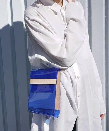 ワンパターンになりがちな夏のコーディネートは個性的な小物を取り入れやすい季節です。ブルーのクリアタイプのバッグは夏らしくてシンプルコーデのスパイスになってくれそう。