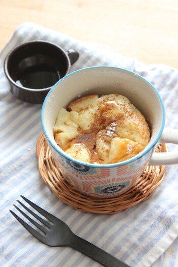 朝食にもおやつにも小腹が空いたときにぴったりのおしゃれなスイーツ、フレンチトーストのレシピです。食パンを一口サイズに切ってから卵液に浸すので、食べやすいのもポイント。卵液はマグカップで材料を混ぜるだけでできますよ。浸す時間は5分程度でOK。電子レンジにかけたら、メープルシロップやシナモンなどで味付けしましょう♪