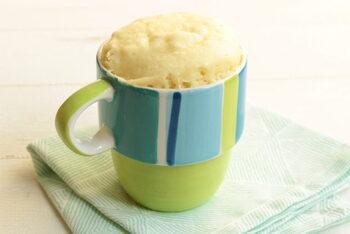 こちらはなんと、材料2つだけでできちゃうマグカップスイーツです。牛乳も卵も使わず、ホットケーキミックスと豆乳さえあればOKの蒸しパンレシピ。とっても簡単なので、忙しいときのおやつにも良いでしょう。調整豆乳を使うのでほんのり甘く仕上がります。電子レンジにかけるときに、ふんわりラップをするのがコツ♪