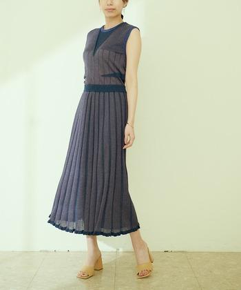 パーティーなどでは柔らかい素材のドレスが爽やかです!シンプルなアクセサリーとシューズで揺れるスカートが涼しげに映えます。ノースリーブに抵抗がある人はストールを羽織ってもいいでしょう。