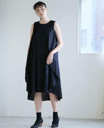 黒は個性的なデザインにチャレンジしやすい色です。オケージョンにも使える上質なドレスを探してみてもいいですね。ソックスとパンプスを合わせると、クラシカルなイメージにもなります。