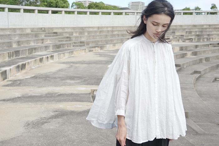 風をふんわりと包み込む神秘的なシルエットの白シャツは、夏を涼しく演出します。たっぷりと風を包み込み長袖でも爽やかに過ごせそうです。