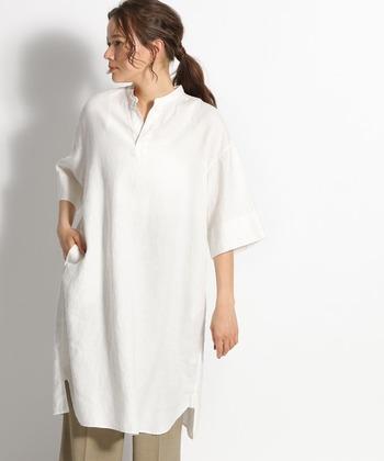 ホワイトといえば外せないのがシャツタイプのワンピース。キーネックでハンサムな着こなしに挑戦してみたいですね。